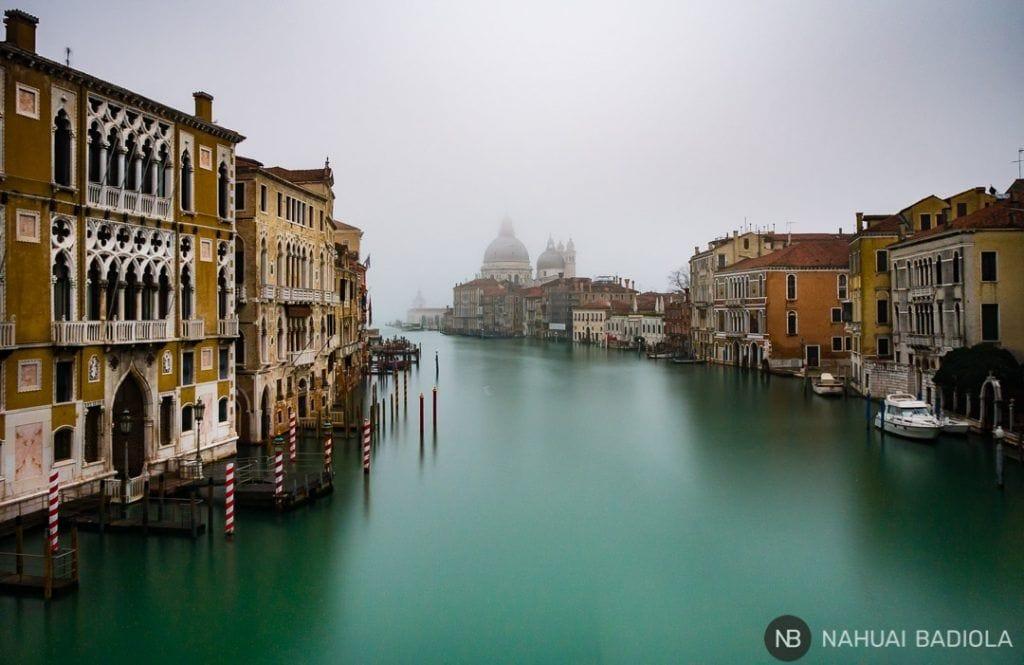Desde el puente de la Academia, Venecia se despierta cubierta por la niebla