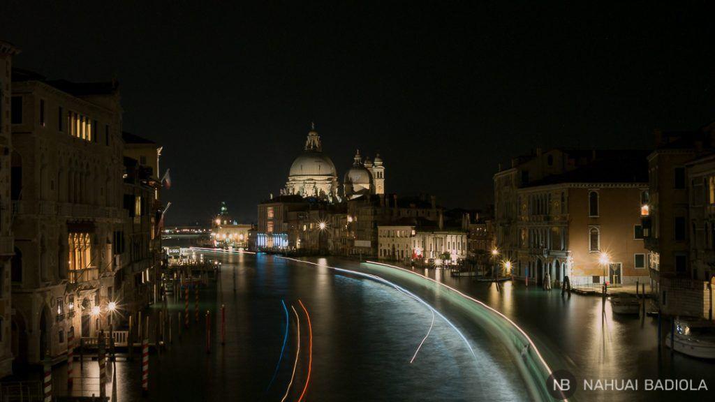 Foto nocturna desde el puente de la Academia, Venecia