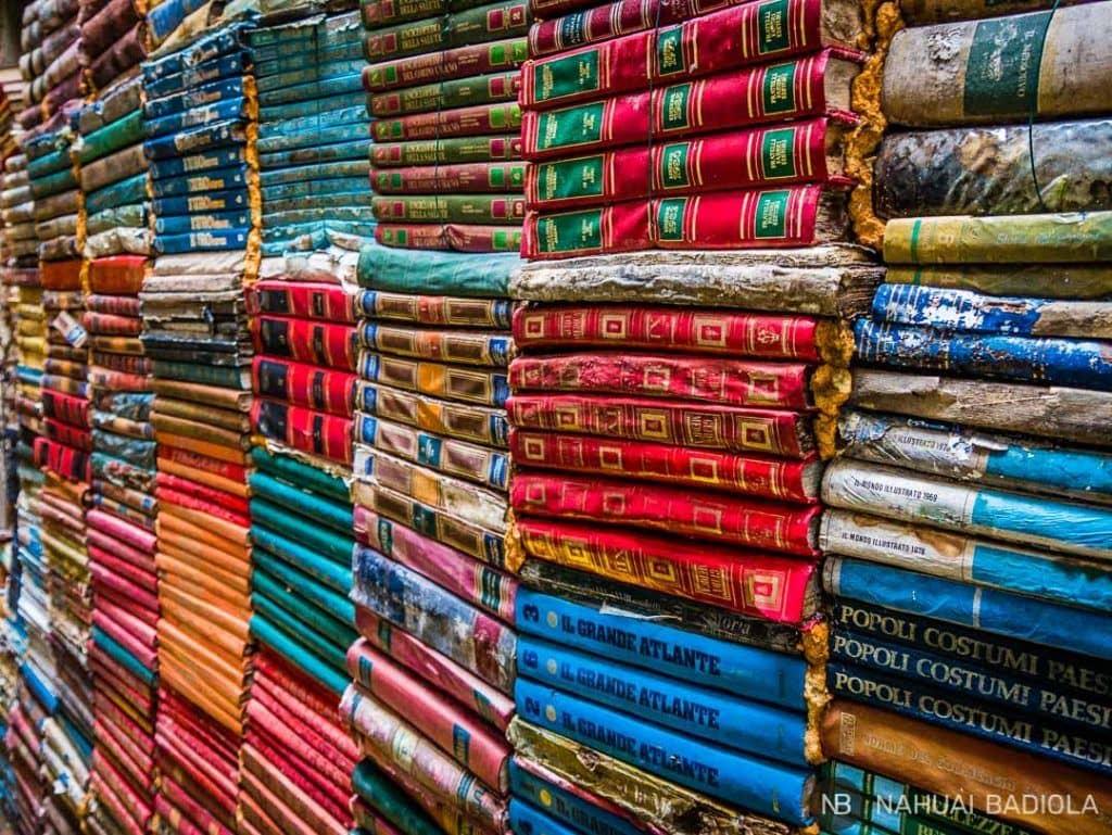 Ejemplares empapados por subidas de agua en la libreria acqua alta, Venecia.