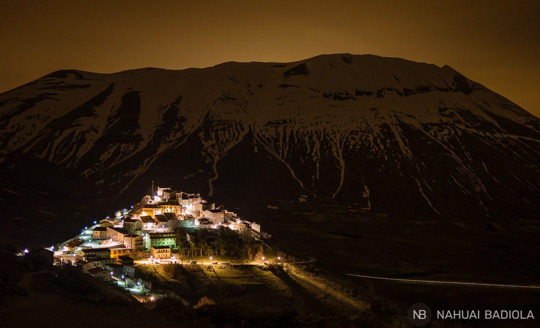 Foto nocturna de Castelluccio dibujado sobre el monte Vettore
