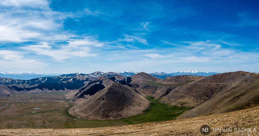 Vistas desde el sendero E13 en los Montes Sibilinos, Italia