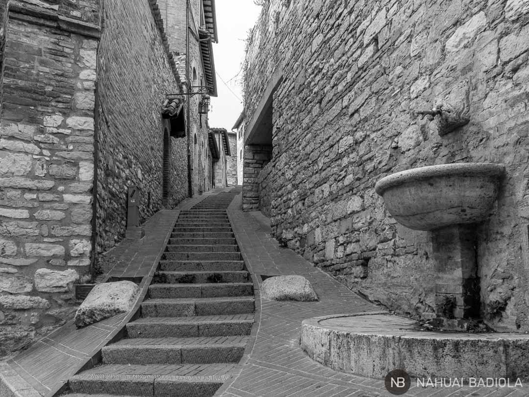 Escaleras en una callejuela de Asis, Umbria, Italia