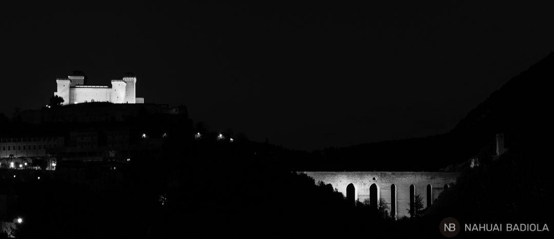 Perfil de Spoleto a la noche, Umbria.
