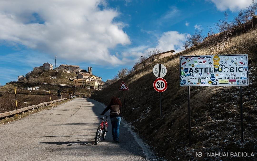 Cuesta en bici hacia Castelluccio, Umbria, Italia