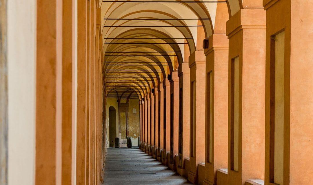 Via San Luca, la vía con más soportales de Bolonia, Italia
