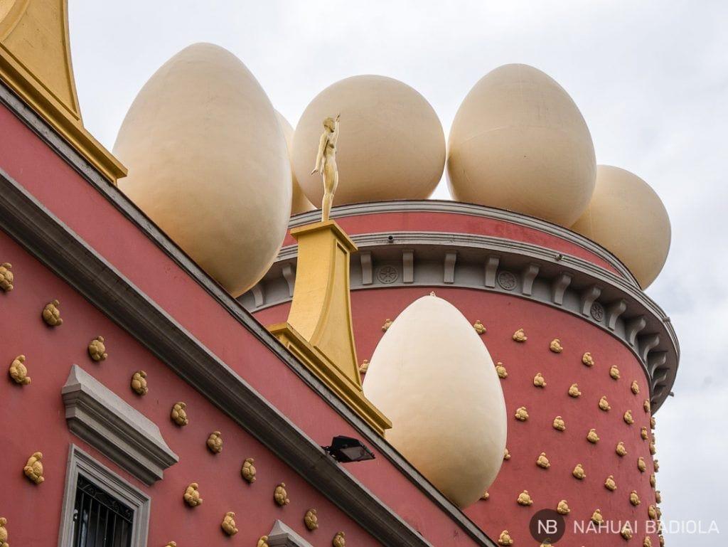huevos decorativos en el exterior del museo dali, figueras