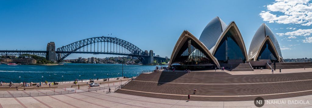 La Opera house y  sus escalitas con el puente de Sidney de fondo