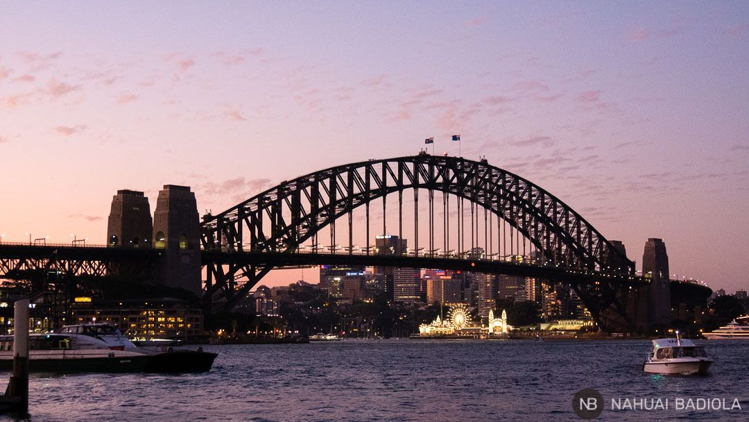 Vistas del puente de Sidney al caer la noche desde la Opera House