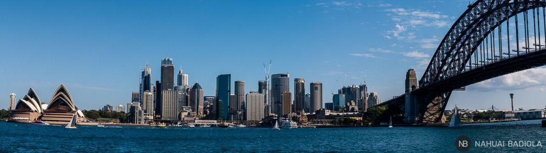 Vistas de la Opera House, barrio financiero y puente de Sidney desde la orilla opuesta del rio