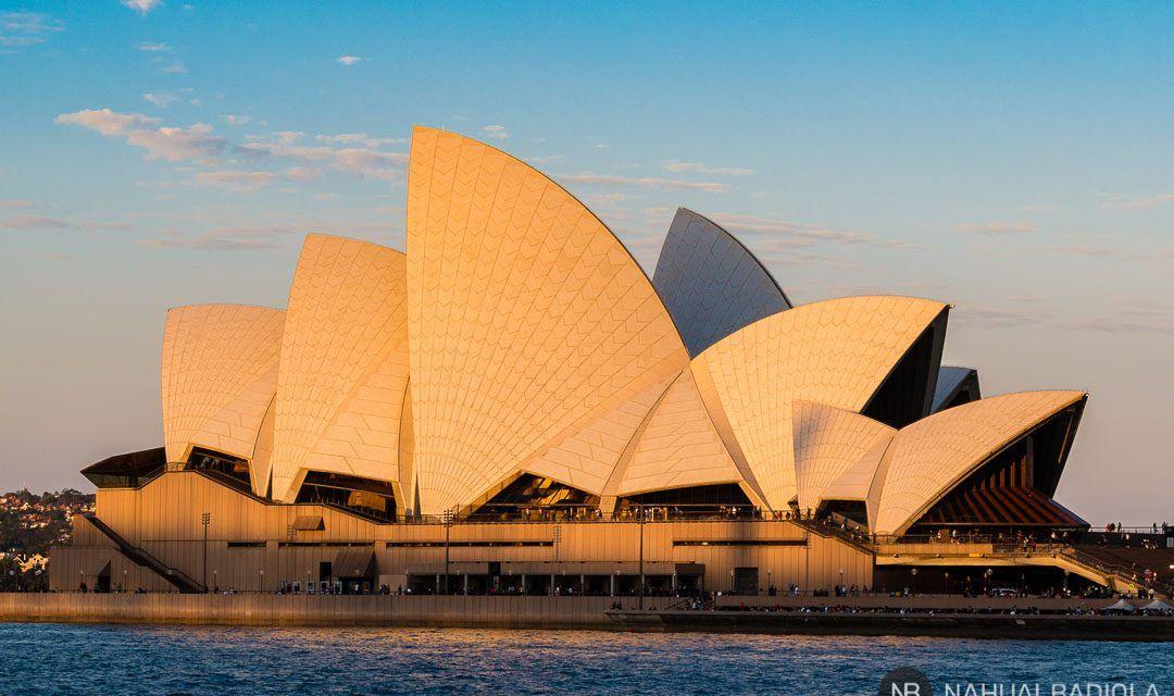 Opera House bajo los colores de la puesta de sol en Sidney