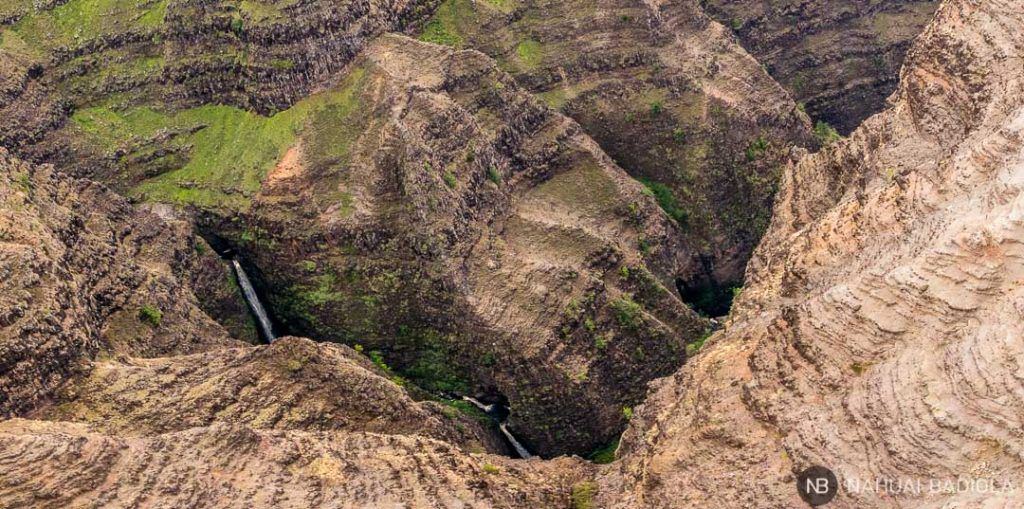 Cataratas inaccesibles en el Waimea Canyon, Kauai, vistas desde un helicóptero sin puertas.