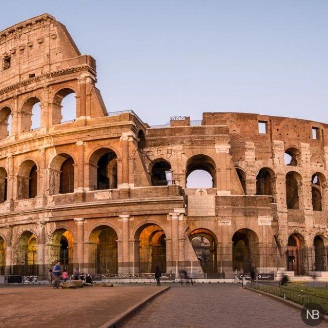 Coliseo romano durante la puesta de sol