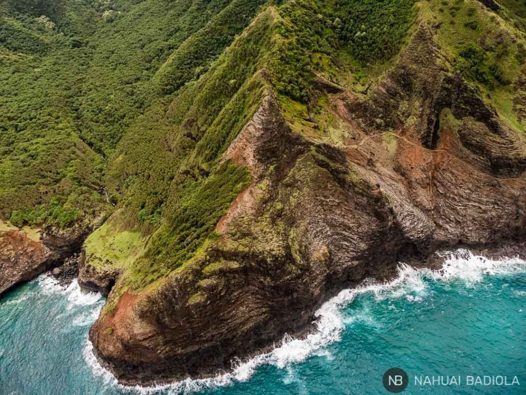 Detalle de la costa Napali, sobrevolando Kauai en helicóptero