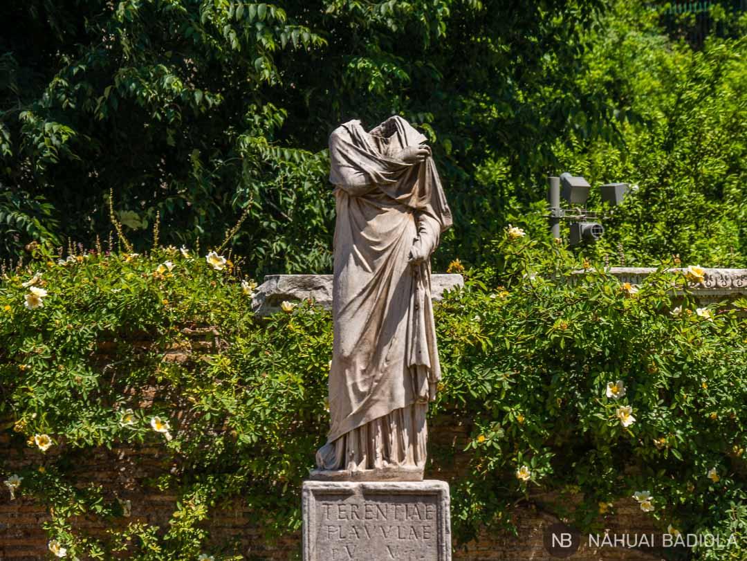 Estatua sin cabeza de virgen vestal en el foro de Roma
