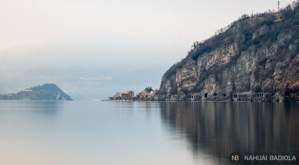 Uno de los pueblos del lago de Como envuelto en niebla, junto al promontorio de Bellagio