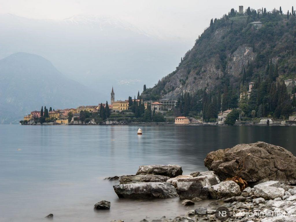 Vistas de Varenna desde una playa cercana, Lago de Como.