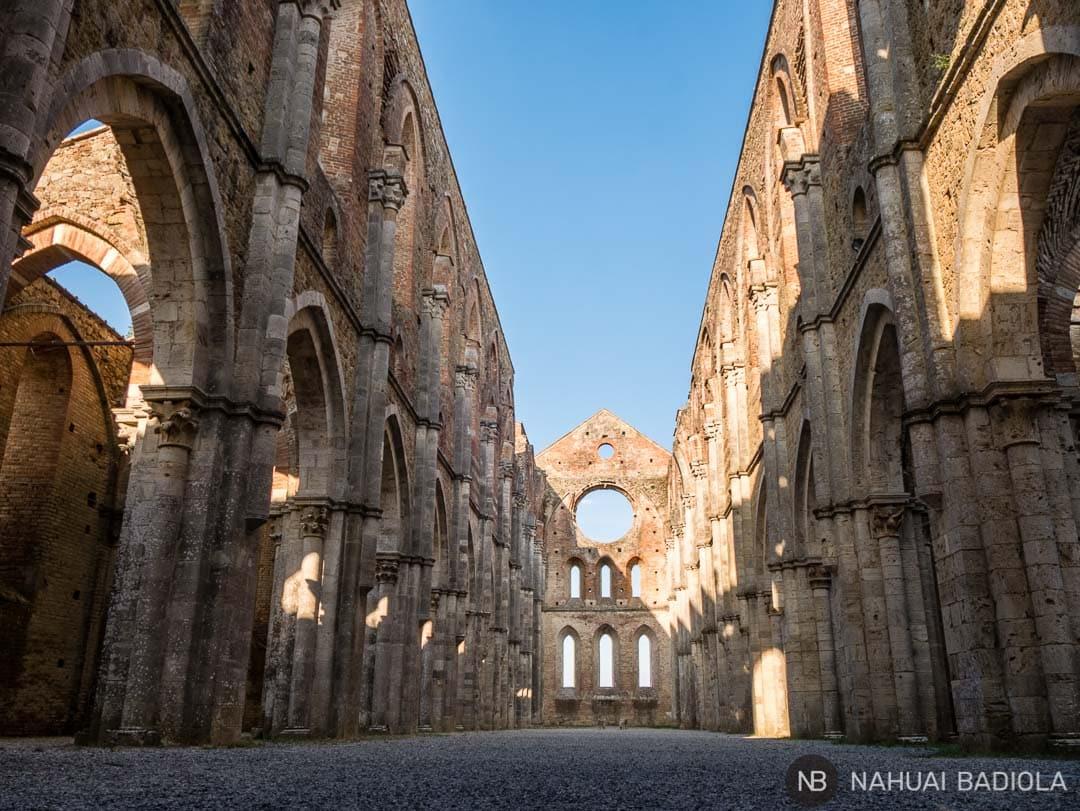 Interior majestuoso de la abadía sin techo de San Galgano, en la Toscana.