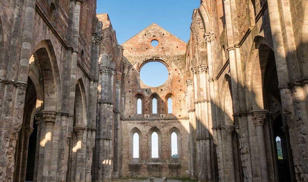 Interior de la abadía de San Galgano, un templo sin techo en el corazón de la Toscana.