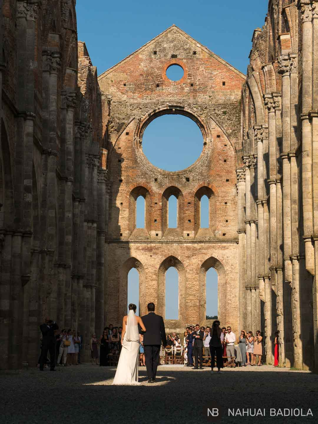 Un ejemplo de ceremonia nupcial teniendo lugar en el interior de la abadía de San Galgano, la Toscana