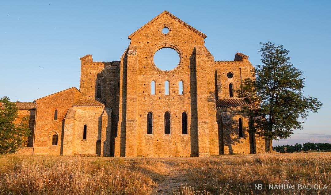 Amanecer sobre la fachada de la abadía de San Galgano. Toscana, Italia.