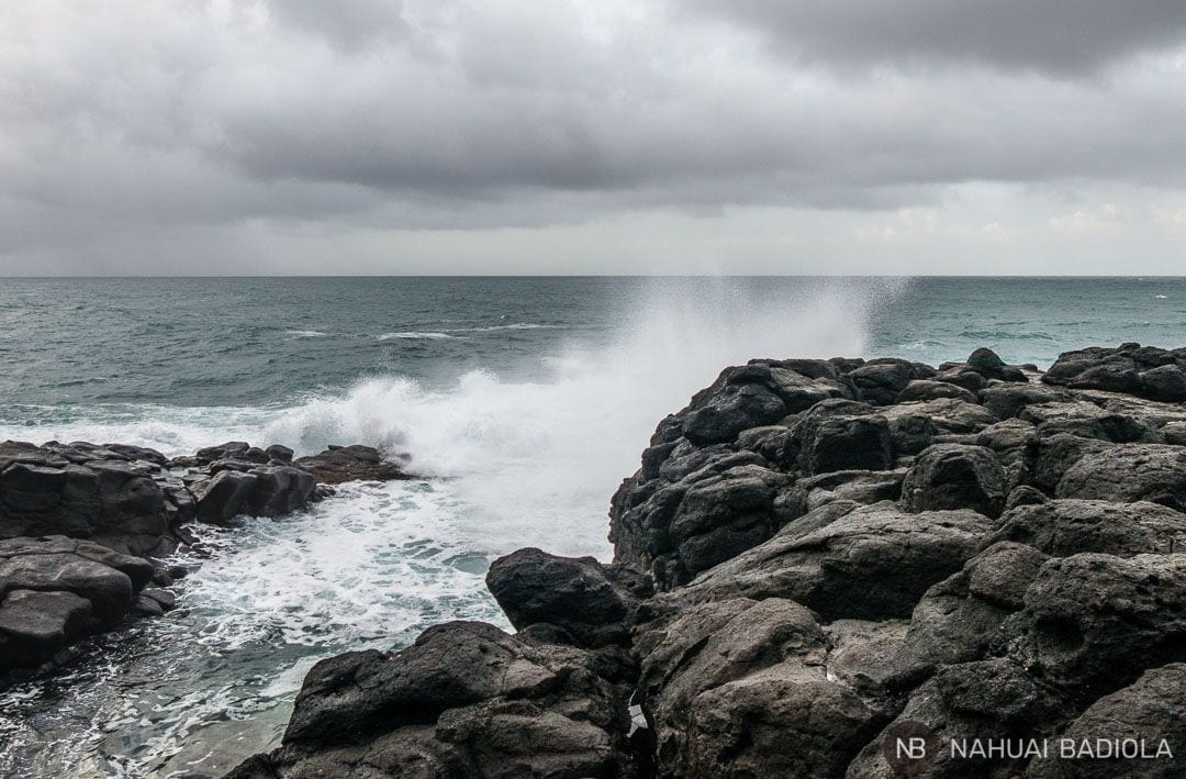 Oleaje chocando contra la roca volcánica en Queen's Bath, Kauai