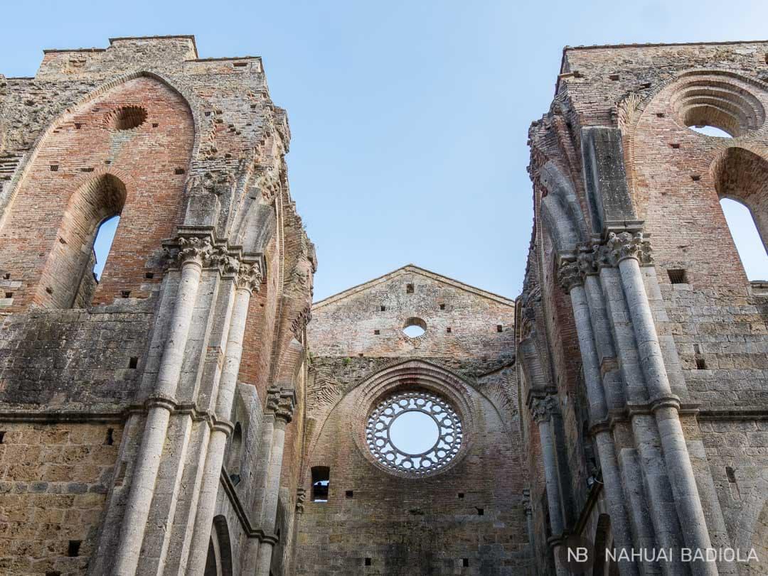 Detalle de uno de los rosetones mejor conservados de la abadía sin techo San Galgano, en la Toscana