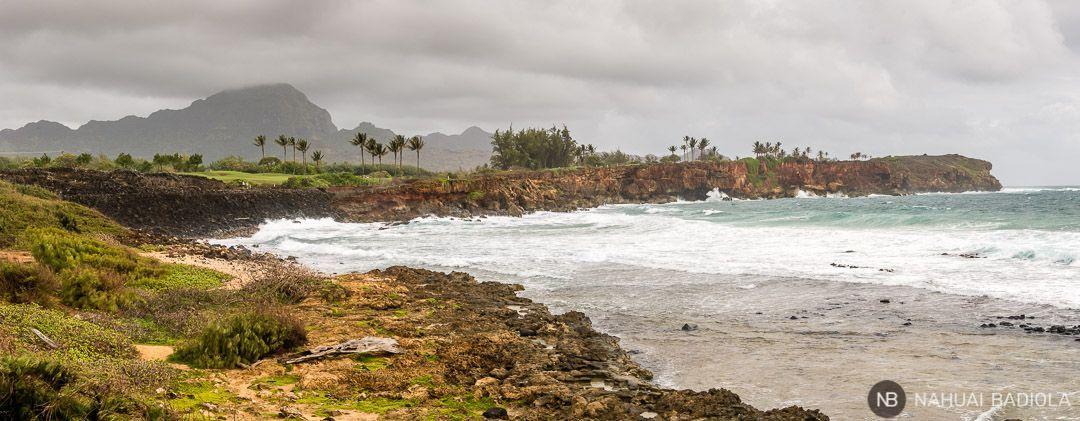 Panorámica del acantilado a lo largo del trekking Mahaulepu, con el templo ancestral hawaiano dedicado al dios del mar a la izquierda. Kauai.