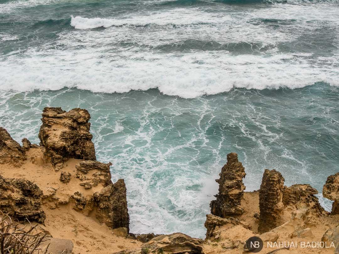 Detalle de las rocas y el mar agitado en el Mahaulepu Trail, Kauai, Hawaii
