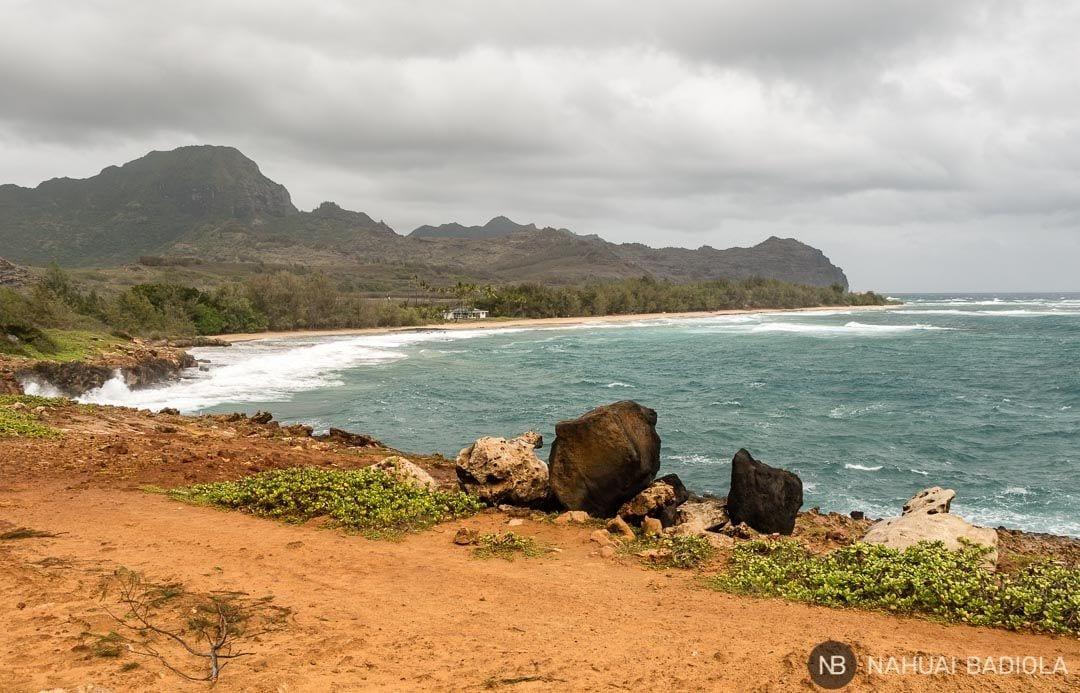 La playa virgen de Mahaulepu constituye el final del trayecto para el Mahaulepu Trail. Kauai.