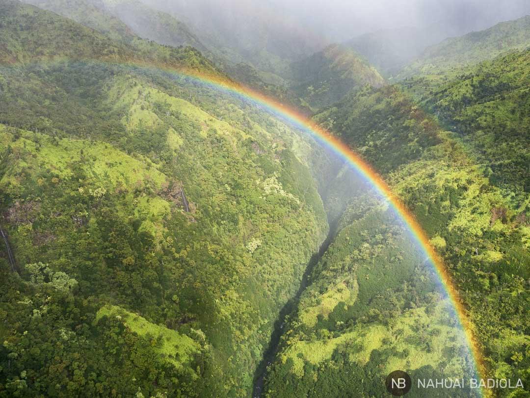 Uno de los muchos arcoiris múltiples que disfrutamos durante nuestra visita a Kauai. Y este fue mucho más especial, ya que lo vimos mientras volábamos en un helicóptero sin puertas sobre las impresionantes cascadas que recorren la isla