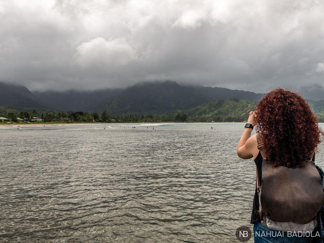 Una tormenta acercándose sin prisa pero sin pausa al muelle y la bahía de Hanaley Bay, en el norte de Kauai, Hawaii
