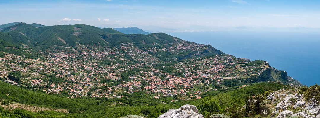 Vistas de Agerola y Bomerano desde el monte Tre Calli. Costa Amalfitana