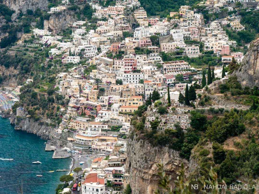 Un close-up de Positano desde las escaleras que conectan la ciudad con Nocelle.