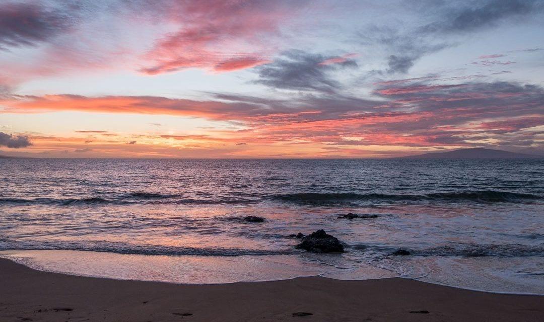 Puesta de sol desde las playas al sur de Maui, Hawaii