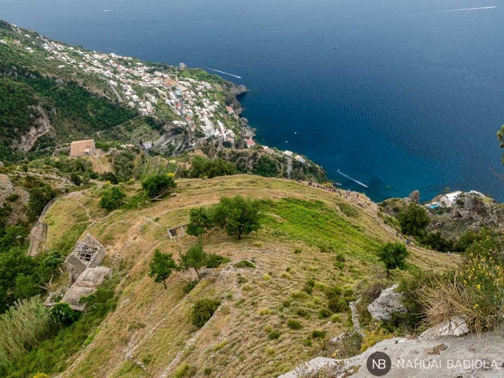 Vistas de un pueblo de la Costa Amalfitana y Low Trail desde el High Trail en el sendero de los Dioses.