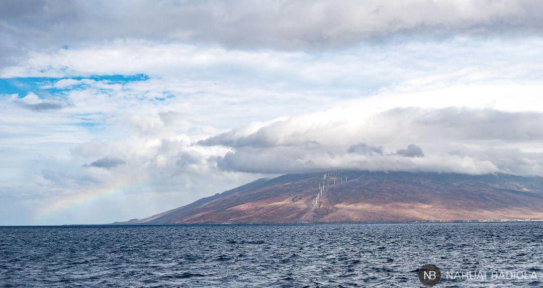 Un arcoiris junto a las costas de Maui, Hawaii.