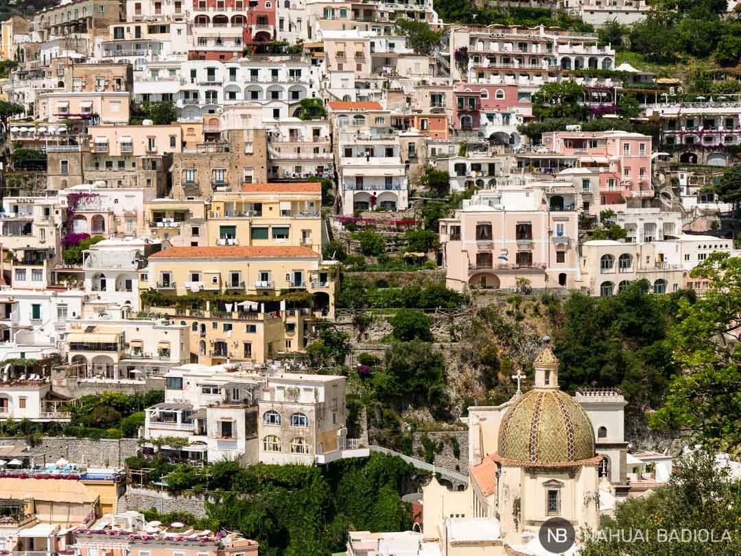 Detalle de casas e iglesia en Positano