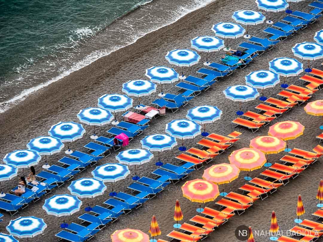 Sombrillas en primera línea de playa en Positano, Costa Amalfitana.