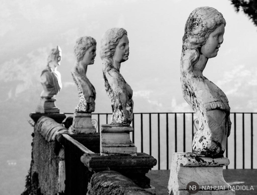 Otra perspectiva de los bustos que adornan la terraza del infinito en los jardines de villa Cimbrone, Ravello.