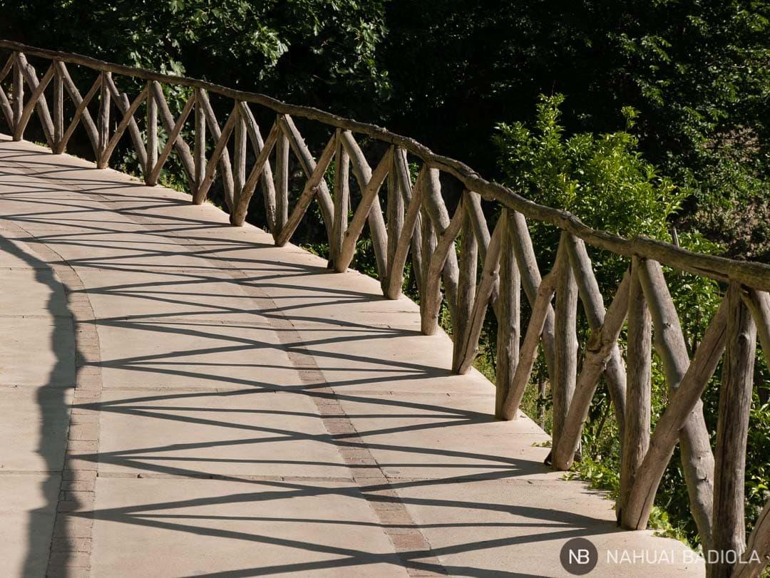 Camino evocador que lleva a la entrada de la Villa Cimbrone, Ravello.