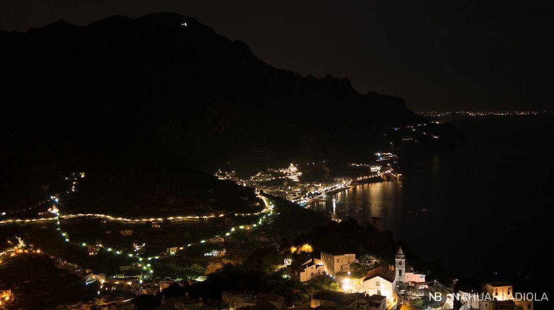 Luces en la costa amalfitana cuando cae la noche en Ravello.