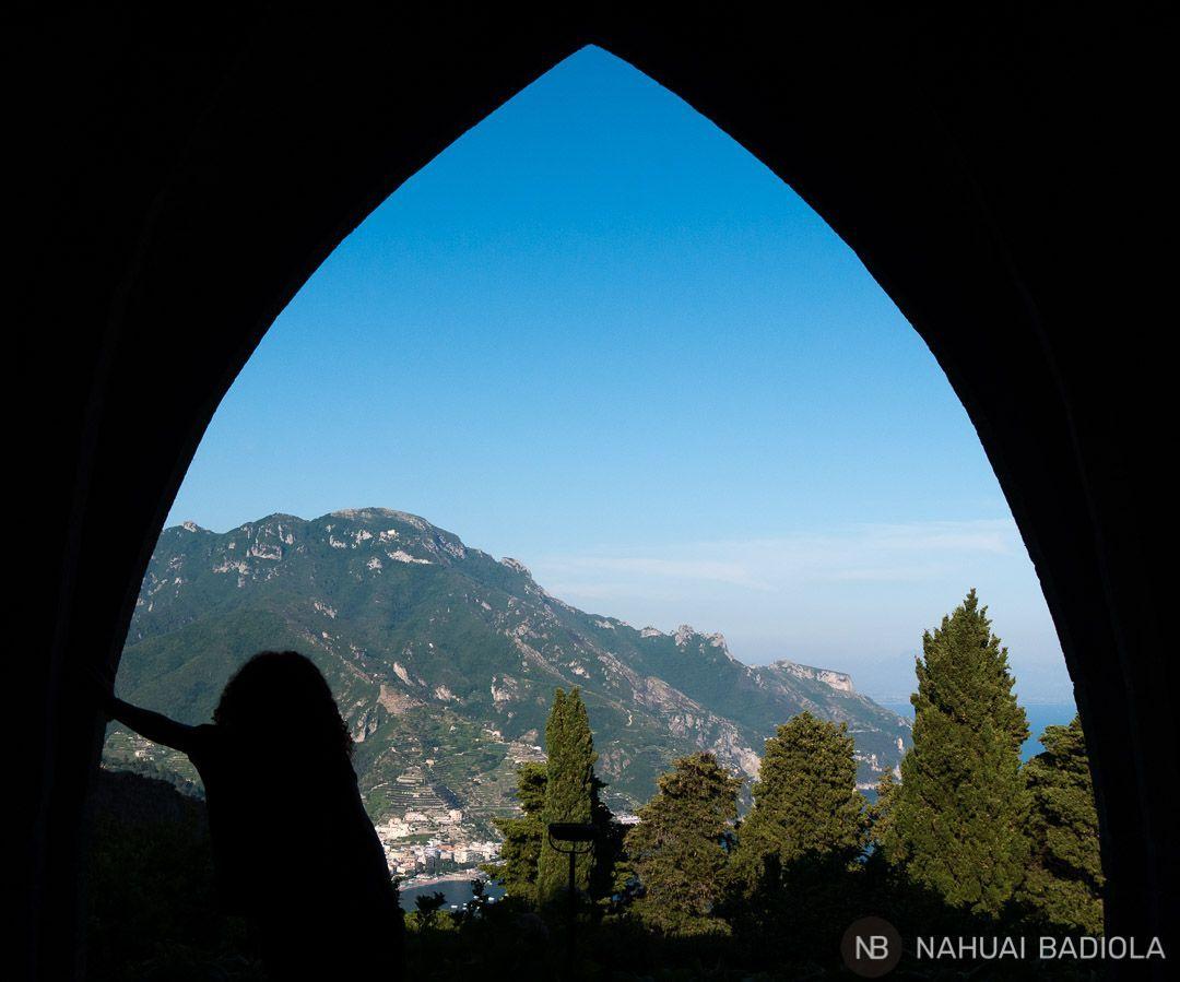 Vistas desde uno de los arcos que conforman la cripta de Villa Cimbrone, Ravello.