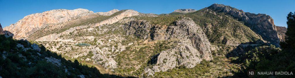 Vista panorámica de la pared por donde pasa la vía del tren junto al Caminito del Rey, Málaga.