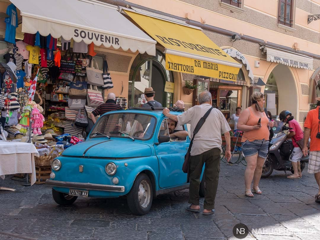 Fiat 600 típico esperando a que el semáforo se ponga en verde en el centro de Amalfi.