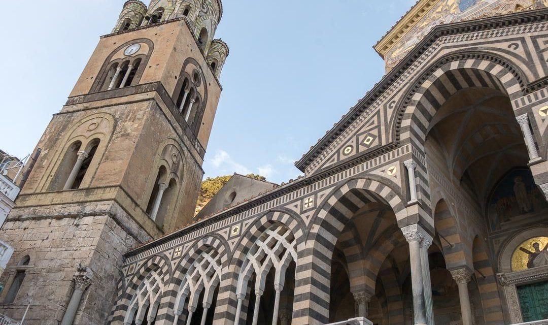 Escalinatas a la catedral de Amalfi, Costa Amalfitana.
