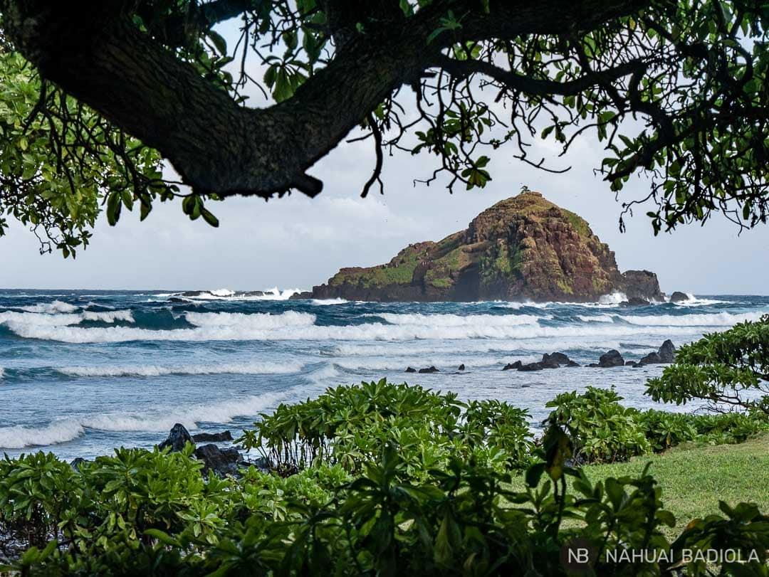 Isla frente a la playa de surfistas Koki, Maui.