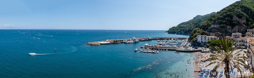 Panorámica del puerto de Cetara, Costa Amalfitana, Italia.