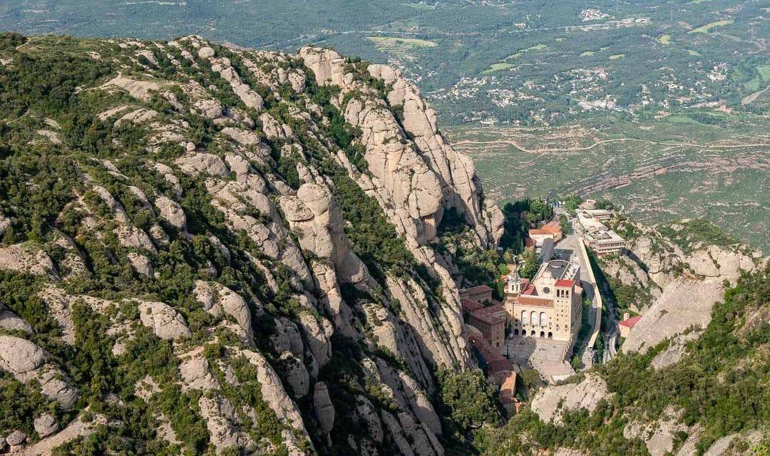Abadía de Montserrat vista desde el Mirador junto a la ermita Santa Magdalena