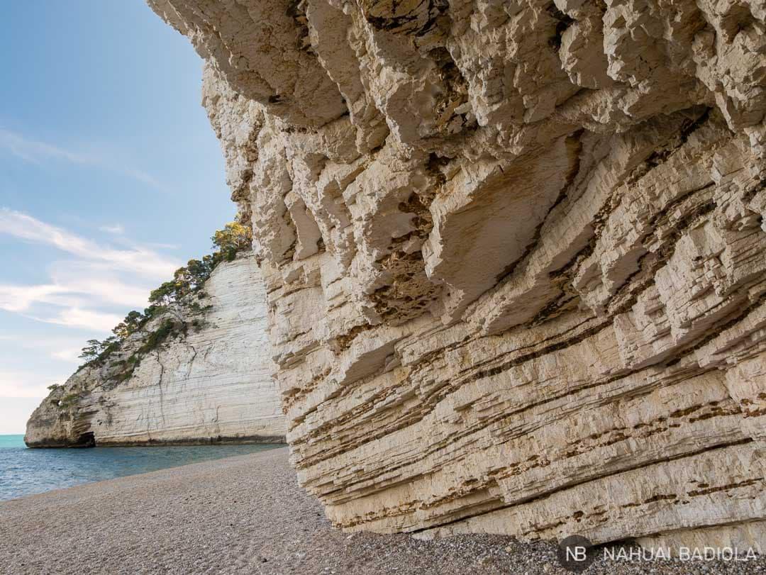 Bajo una de las cuevas del acantilado en Vignanotica, Italia.
