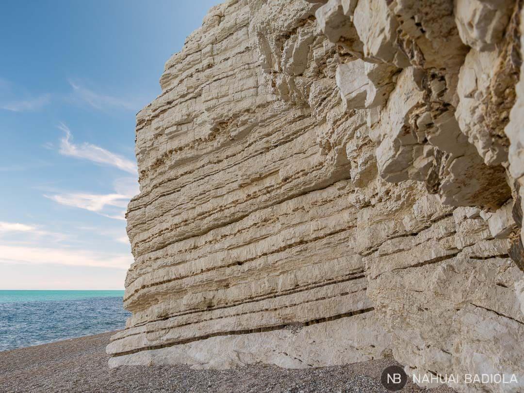 Detalle de la pared del acantilado en la playa Vignanotica, Puglia, Italia